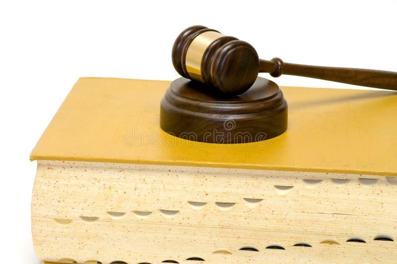 Hammer auf Gesetzbuch lizenzfreie stockfotos