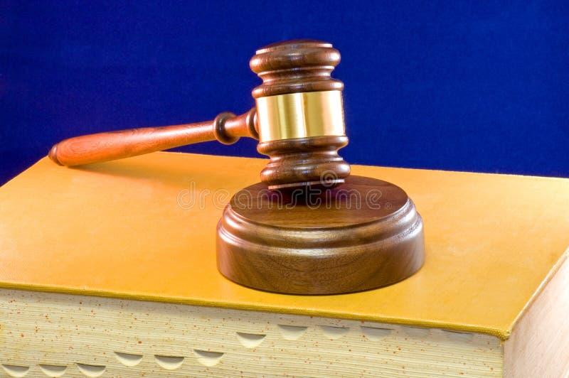 Hammer auf Gesetzbuch lizenzfreie stockfotografie