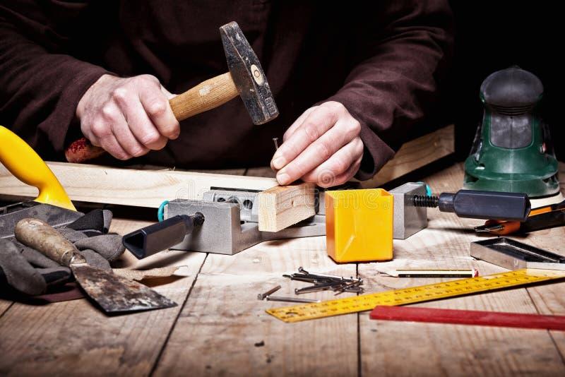 Hammer in der Aktion lizenzfreie stockfotografie