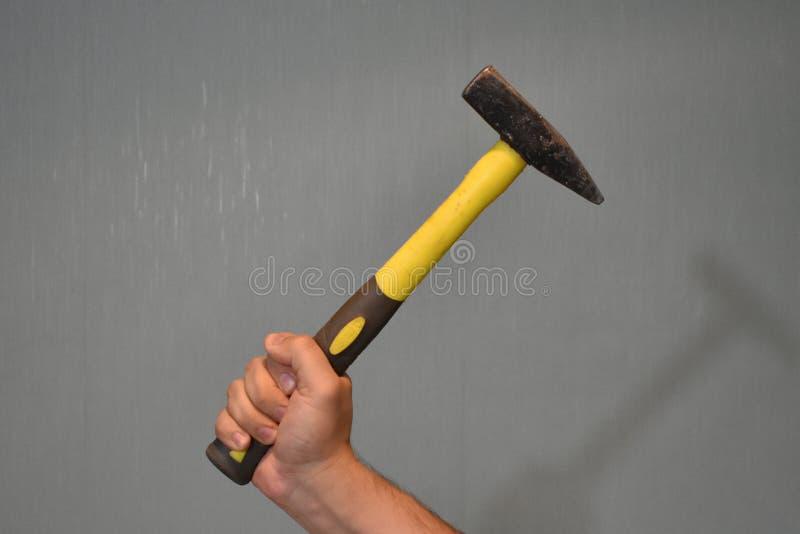Hammer in der Hand stockbild