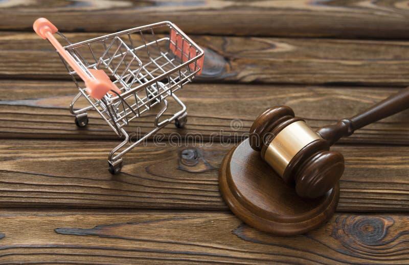 Hammer des Richters, eine Laufkatze von einem Supermarkt lizenzfreie stockbilder