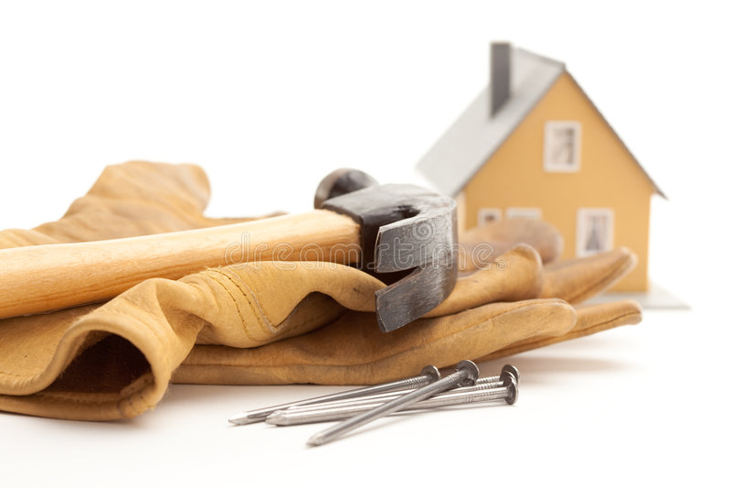 Hammer, Handschuhe, Nägel und Haus stockbild