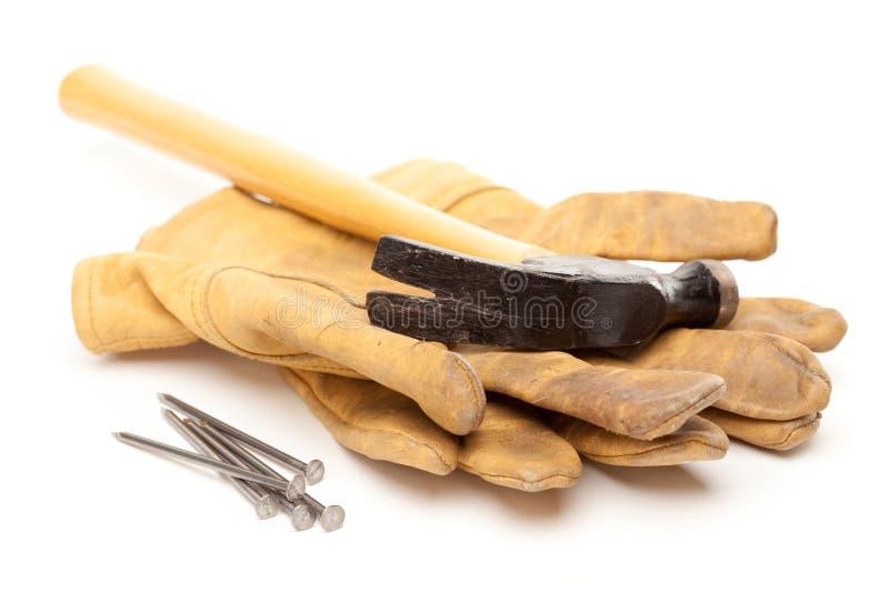 Hammer, Handschuhe und Nägel stockfotografie