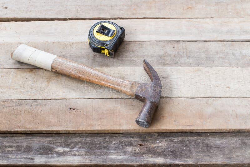 Hammer, Maßband lizenzfreies stockfoto