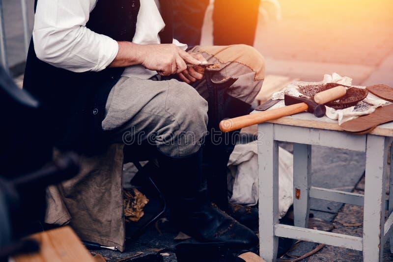 Hammer, Nägel, Einlegesohlen - Werkzeuge für die Herstellung von Schuhen stockbilder