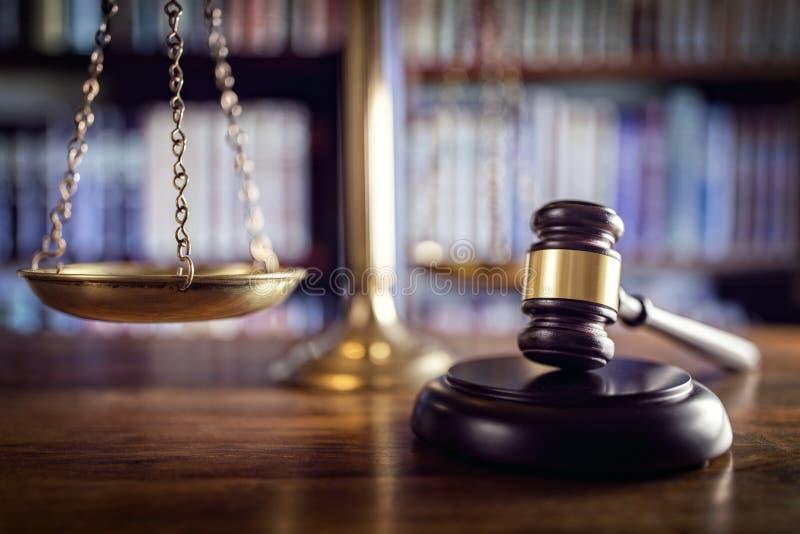 Hammer, Skalen von Gerechtigkeit und Gesetzbücher lizenzfreie stockfotografie