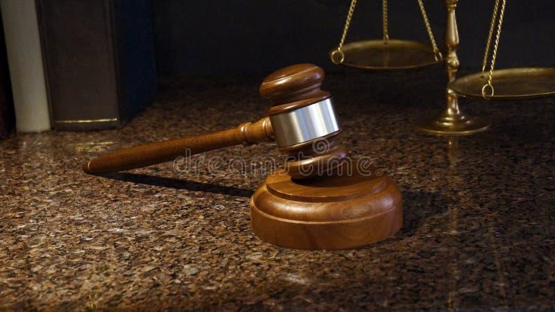 Hammer, Skalen von Gerechtigkeit und Gesetzbücher auf Marmor stockfotos