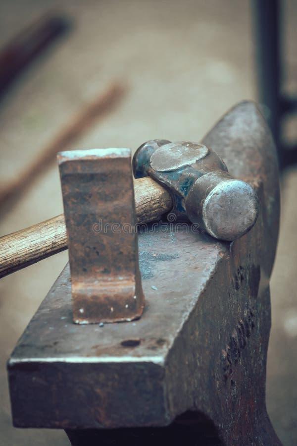 Hammer und Amboss lizenzfreies stockbild