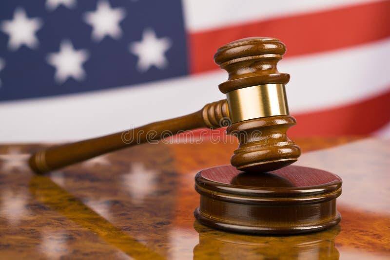 Hammer und amerikanische Flagge lizenzfreie stockfotografie