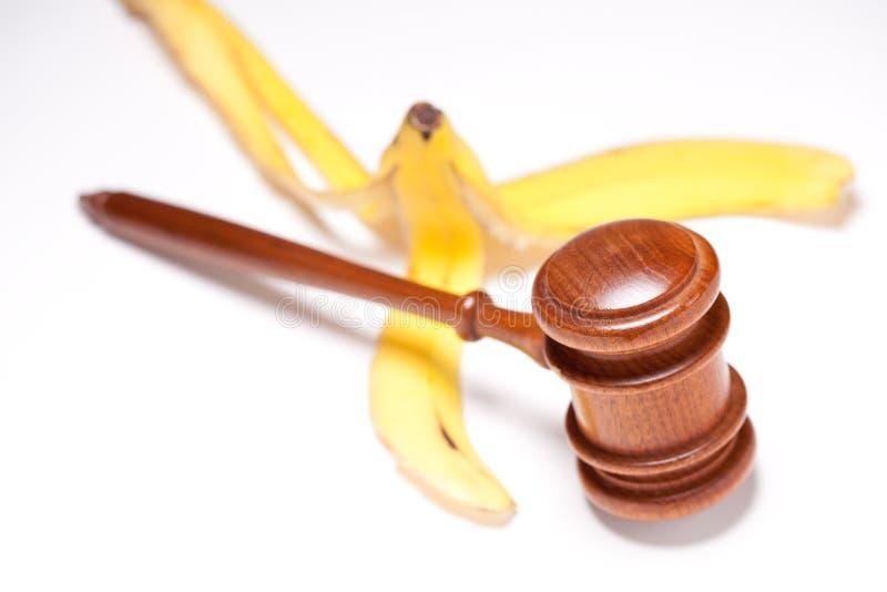 Hammer-und Bananen-Schale auf Gradated Hintergrund stockfotos