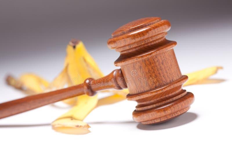 Hammer-und Bananen-Schale auf Gradated Hintergrund lizenzfreie stockfotografie