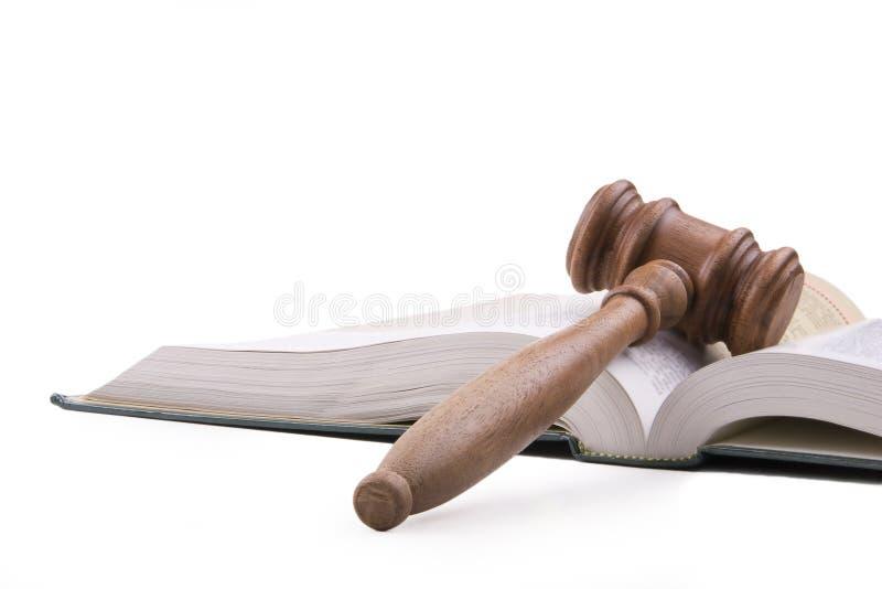 Hammer und geöffnetes Lehrbuch lizenzfreie stockfotos