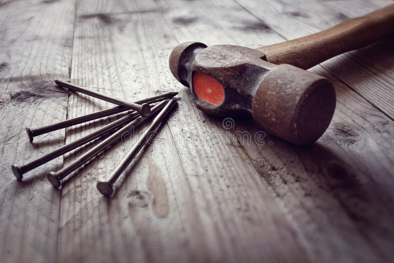Hammer und Nägel stockbilder