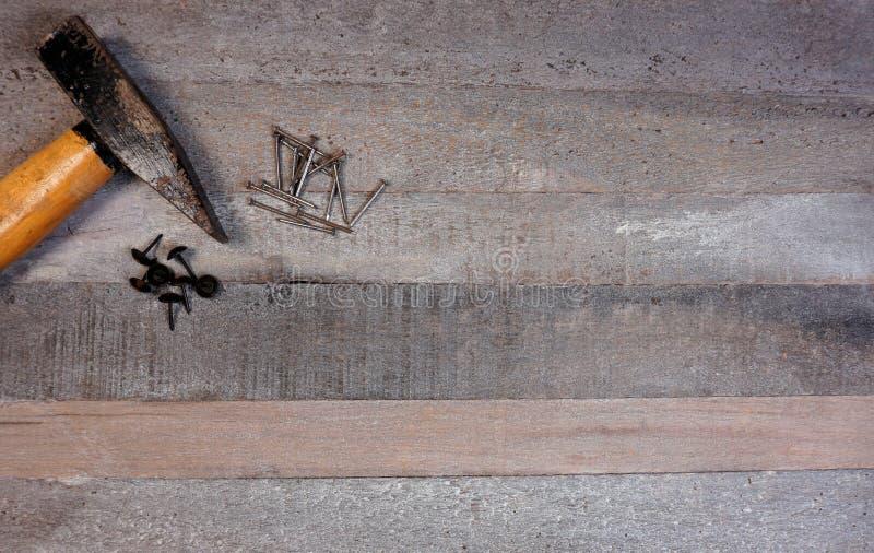 Hammer und Nägel auf natürlichem hölzernem Hintergrund mit Kopienraum für Ihren eigenen Text lizenzfreie stockbilder