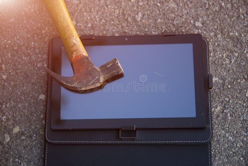 Hammer und Smartphone lizenzfreie stockbilder