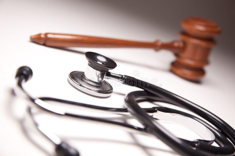 Hammer und Stethoskop auf Gradated Hintergrund lizenzfreies stockbild