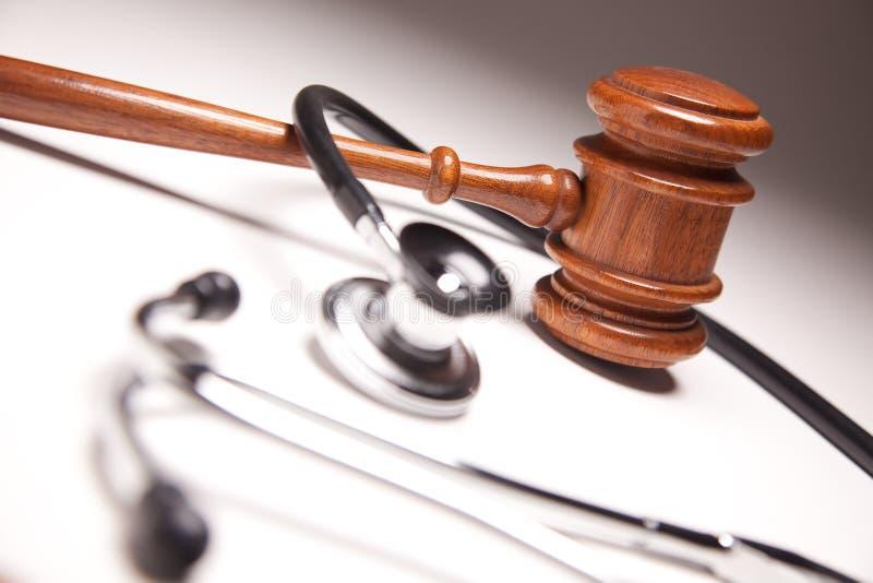 Hammer und Stethoskop auf Gradated Hintergrund stockbild
