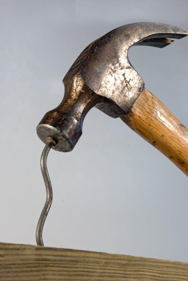 Hammer und verbogener Nagel lizenzfreie stockbilder