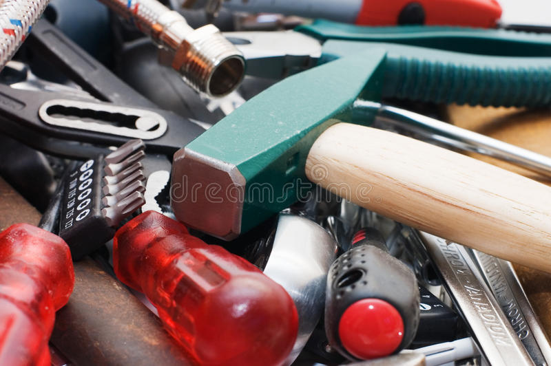 Hammer und verschiedene Hilfsmittel stockfotos