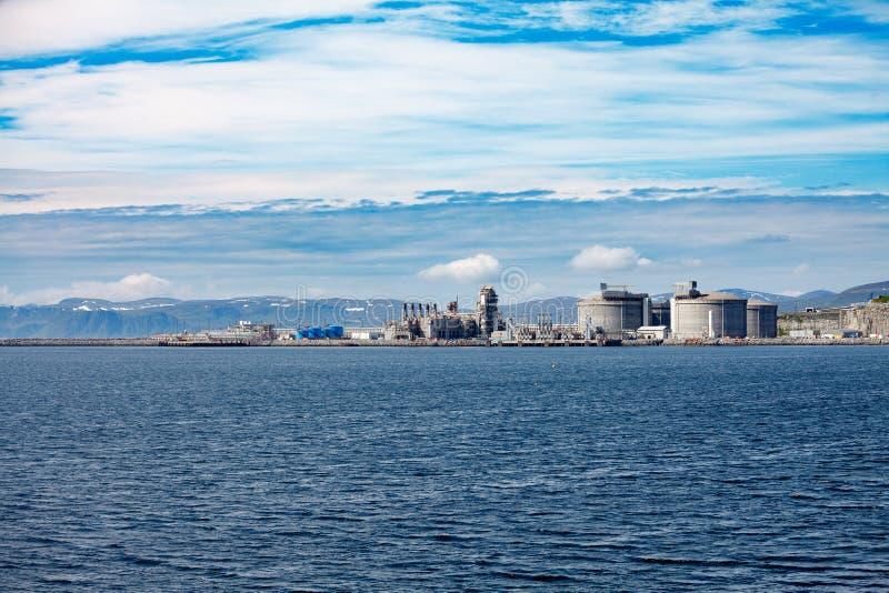 Hammerfesteiland Muolkkut Noordelijk Noorwegen, de installatie van de gasverwerking royalty-vrije stock foto