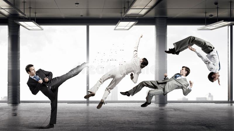 Hammern asiatische Geschäftsmannverbeugung und -holding der Geschäftskonkurrenz concept Gemischte Medien lizenzfreie stockbilder