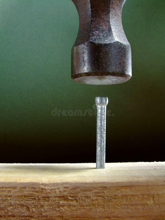 Hammern eines Nagels lizenzfreies stockfoto