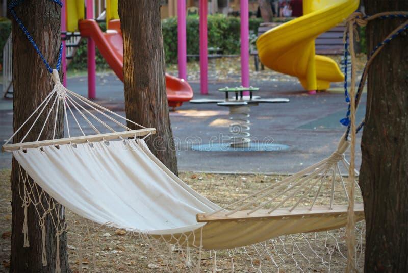 Hammock die aan de speelplaats van de kinderen hangt stock afbeeldingen
