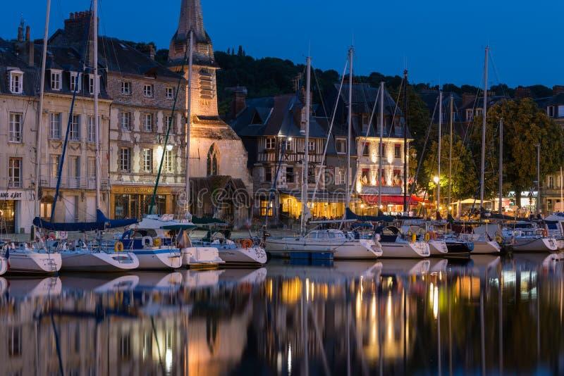 Hamn av den historiska Frenc staden Honfleur med skepp och restauranger arkivbilder