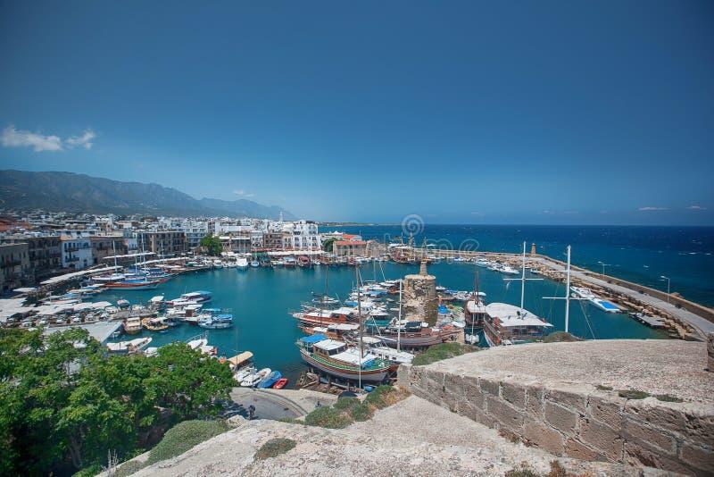Hamn av kyreniaen med restorants och fartyg Girne, norr Cypern royaltyfri bild