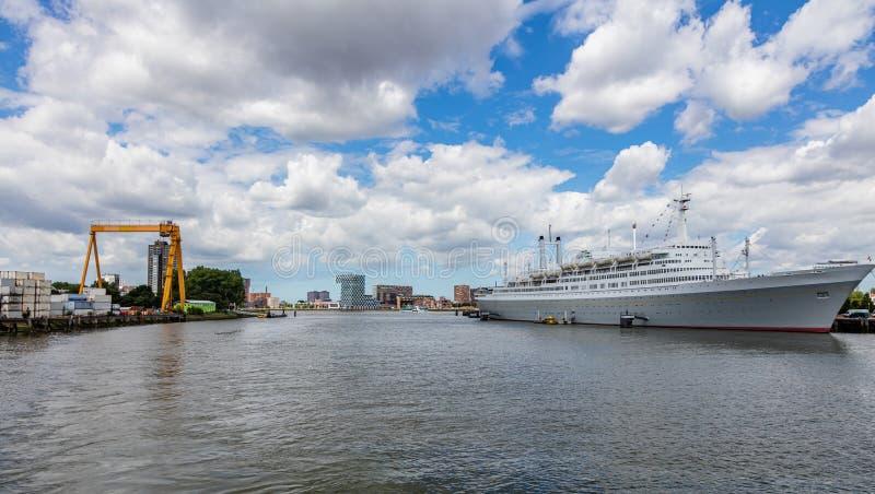 Hamn av Rotterdam, Nederländerna f?rankrad kryssningportship arkivfoto