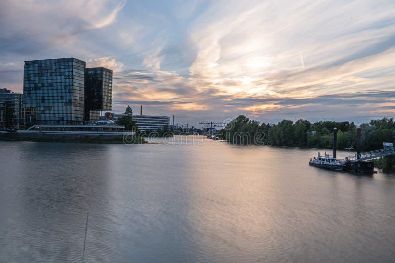 Hamn för massmedia för Dusseldorf stadssolnedgång arkivbild