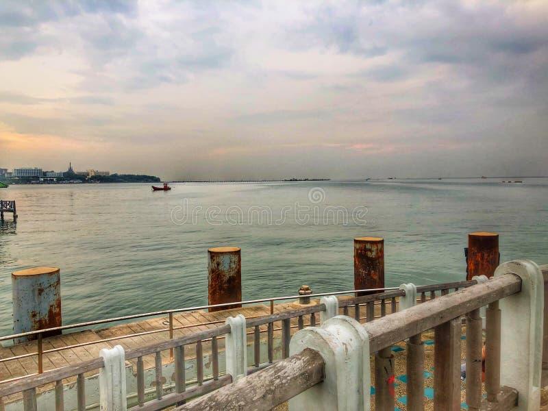 Hamn för sikt för kaj för himmel för hav för flodstrandsolnedgångbro royaltyfria bilder