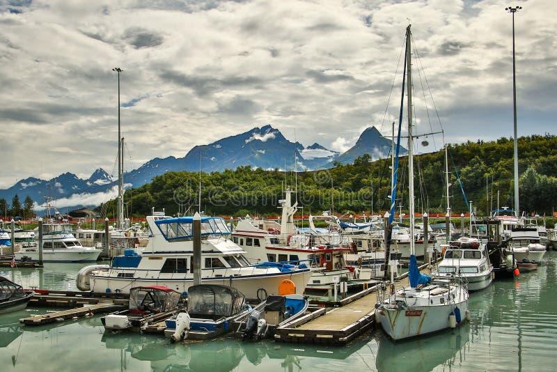 Hamn i stad av Valdez med alaskabo berg i bakgrund royaltyfri bild