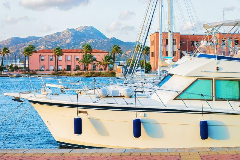 Hamn med det lyxiga skeppet på Olbia Sardinia royaltyfri fotografi
