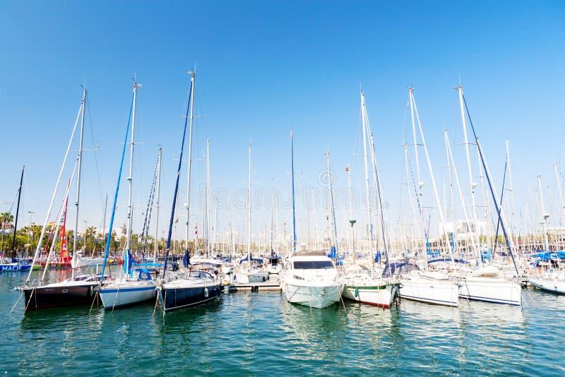 Download Hamn mycket av segelbåtar redaktionell arkivfoto. Bild av marina - 76701148