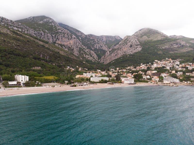 Hamn och liten stad för flyg- sikt på den Boka Kotor fjärden Boka Kotorska Montenegro, Europa royaltyfri bild