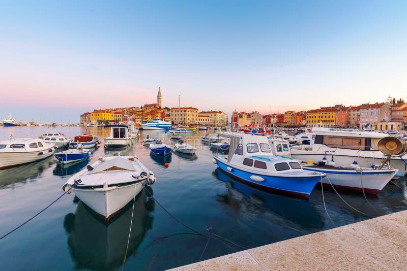 Hamn och marina i gammal stad av Rovinj royaltyfria foton