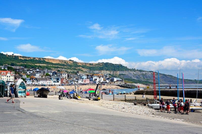 Hamn och strand, Lyme Regis fotografering för bildbyråer