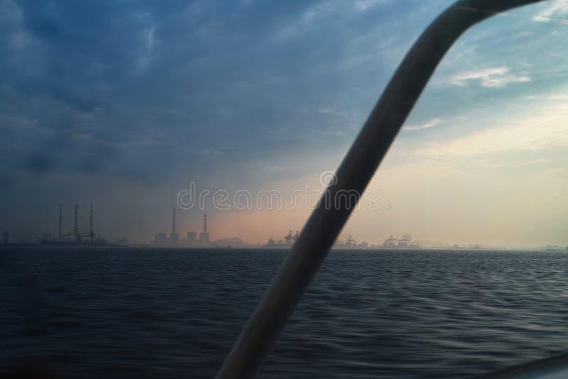 Hamn på den Yangtze breda flodmynningen royaltyfria bilder