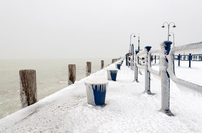 Hamn på laken Balaton i vintertid, Ungern royaltyfri fotografi