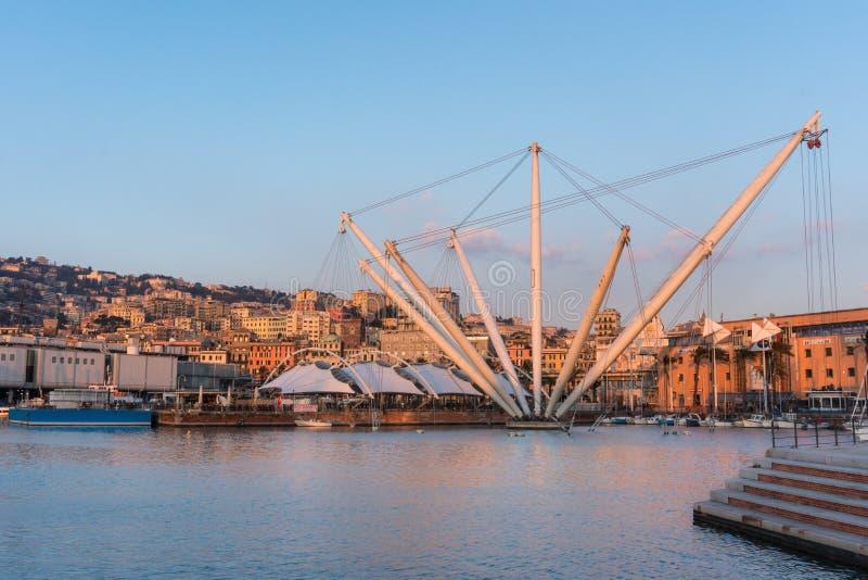 Hamn på solnedgången med staden av Genoa Italy royaltyfria foton