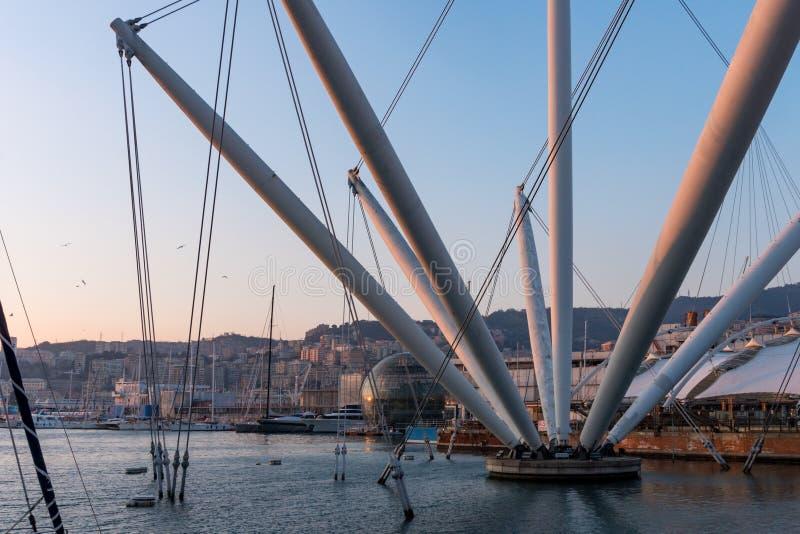Hamn på solnedgången med staden av Genoa Italy arkivfoton