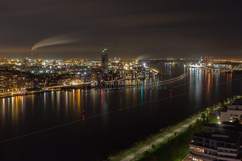 Hamnen av Amsterdam vid natt arkivfoto