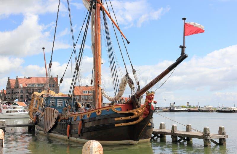 Hamnen av Volendam Och gjort denna liten stadkänselförnimmelse ett stor större royaltyfri bild