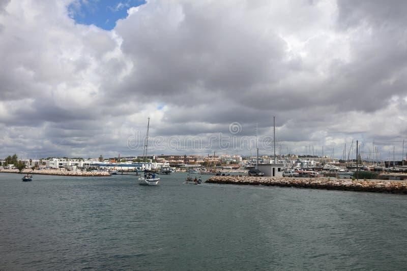 Hamnen med fartyg i Lagos Algarve portugal arkivfoton