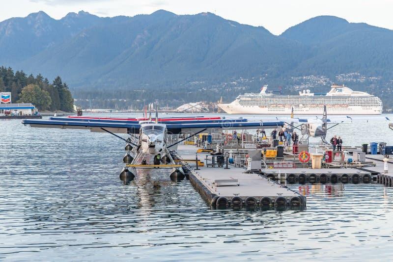 Hamnluftsjöflygplan och Coral Princess Cruise Ship arkivfoton