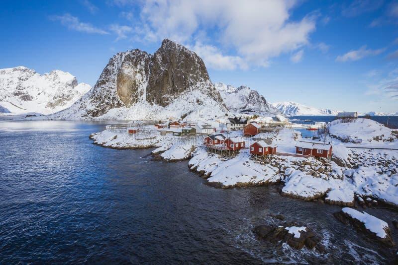 Hamnoydorp in Lofoten-Eilanden door het overzees in een stille baai stock afbeeldingen