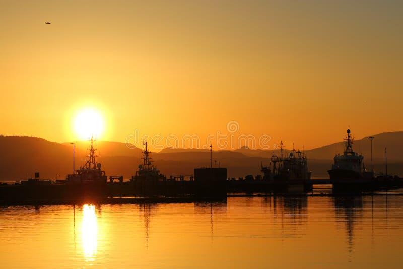 Hamnplats på solnedgången arkivfoton
