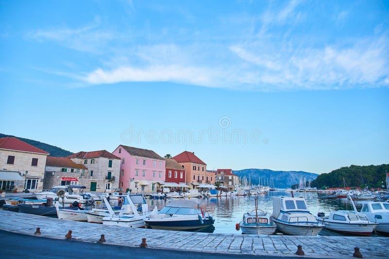 Hamnplatser från akademikra Stari, Hvar royaltyfri fotografi