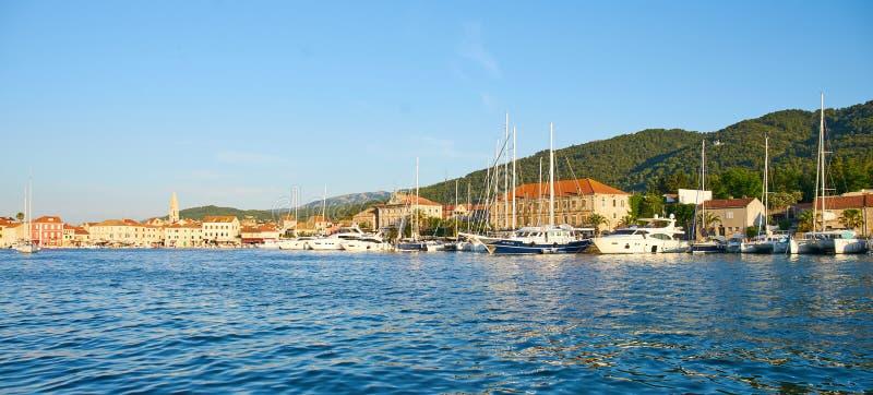 Hamnplatser från akademikra Stari, Hvar royaltyfri bild